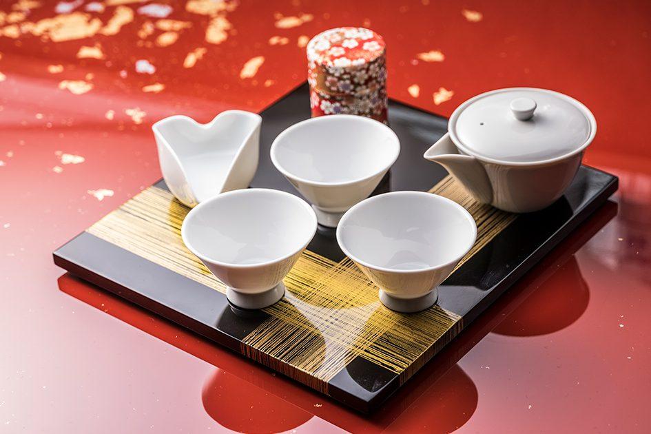 茶器は清水焼き。日本伝統の器で本物の日本茶を堪能下さい。